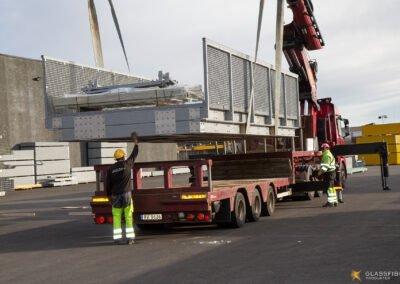 Broen løftes på kranbilen.